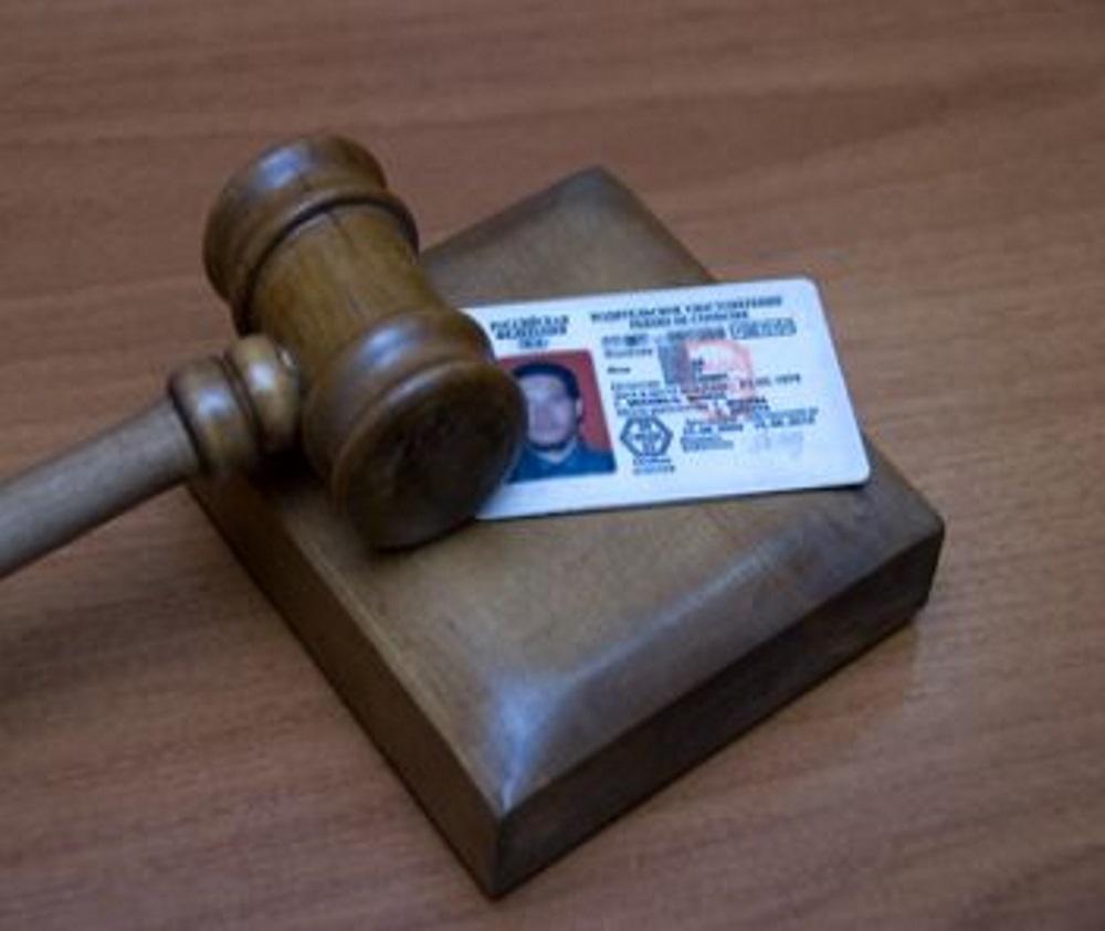 если не явился на суд по лишению водительских прав решил