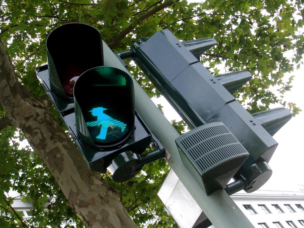 Зеленый светофор для пешеходов